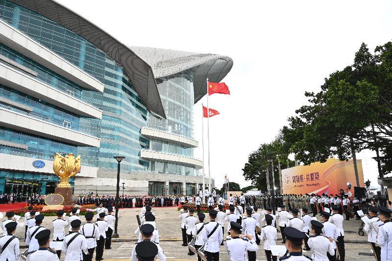行政長官林鄭月娥和主要官員及嘉賓今早(十月一日)在灣仔金紫荊廣場出席慶祝中華人民共和國成立七十一周年升旗儀式。