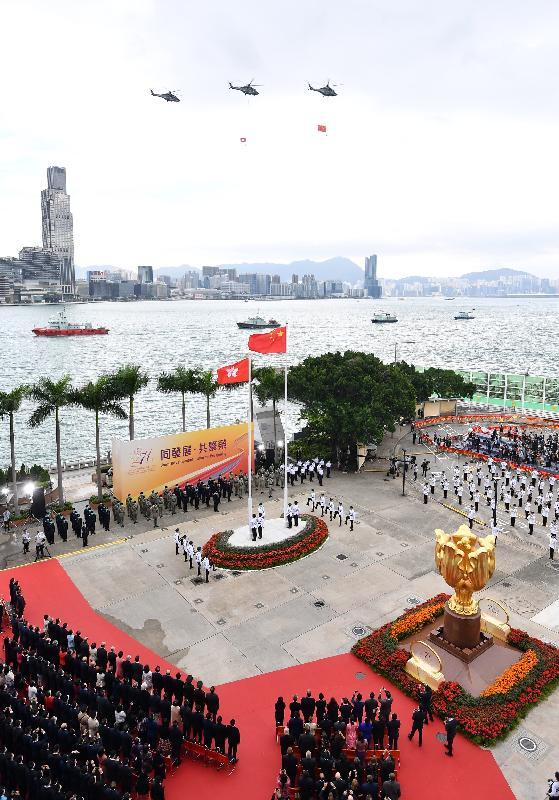 今早(十月一日)在灣仔金紫荊廣場舉行的慶祝中華人民共和國成立七十一周年升旗儀式上,紀律部隊和飛行服務隊在海上和空中敬禮。