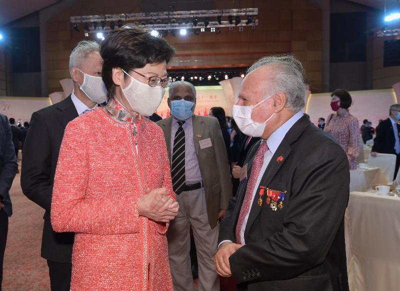 行政長官林鄭月娥和主要官員及嘉賓今早(十月一日)在香港會議展覽中心出席慶祝中華人民共和國成立七十一周年酒會。圖示林鄭月娥(左一)與嘉賓交談。