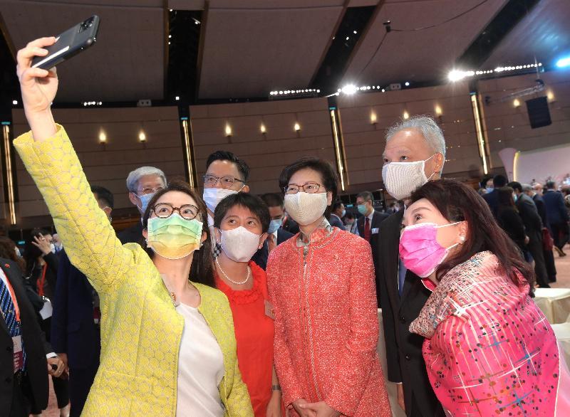 行政長官林鄭月娥和主要官員及嘉賓今早(十月一日)在香港會議展覽中心出席慶祝中華人民共和國成立七十一周年酒會。圖示林鄭月娥(右三)及她的丈夫林兆波博士(右二)在酒會上與嘉賓合照。