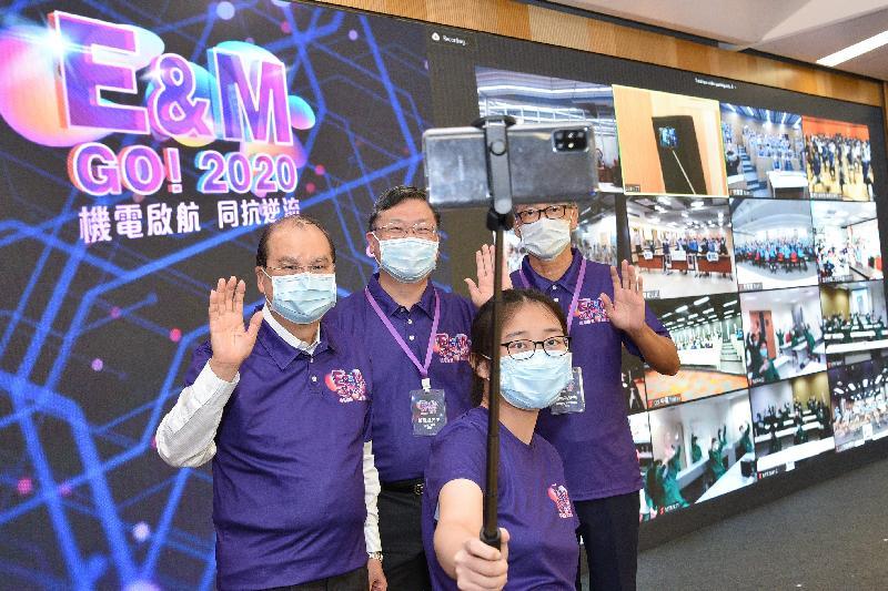 政務司司長張建宗今日(十月八日)出席「E&M Go!機電•啟航」2020迎新典禮。圖示張建宗(後排左一)、署理機電工程署署長彭耀雄(後排左二)和香港機電工程商聯會會長潘樂祺(後排左三)透過視像通話歡迎年輕學員。