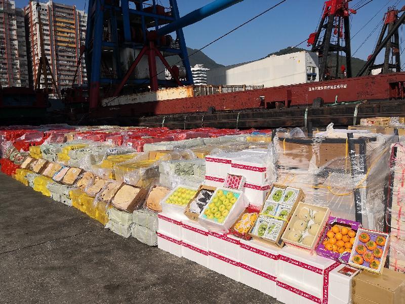 香港海關十月十五日在龍鼓洲附近海域偵破一宗涉嫌利用貨船、躉船及拖船走私的案件。經初步點算,涉嫌走私貨物包括二百四十公噸凍肉及六百箱水果,估計市值約二千萬元。圖示檢獲的凍肉及水果。