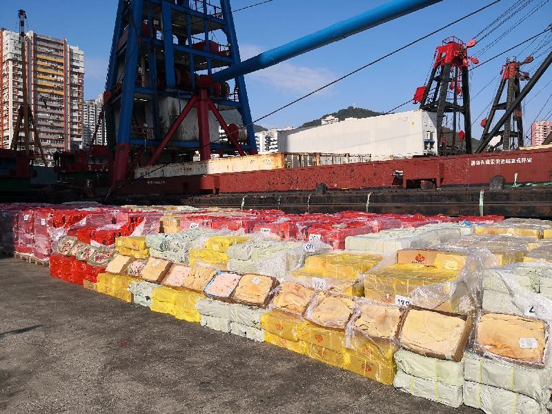 香港海關十月十五日在龍鼓洲附近海域偵破一宗涉嫌利用貨船、躉船及拖船走私的案件。經初步點算,涉嫌走私貨物包括二百四十公噸凍肉及六百箱水果,估計市值約二千萬元。圖示檢獲的凍肉。