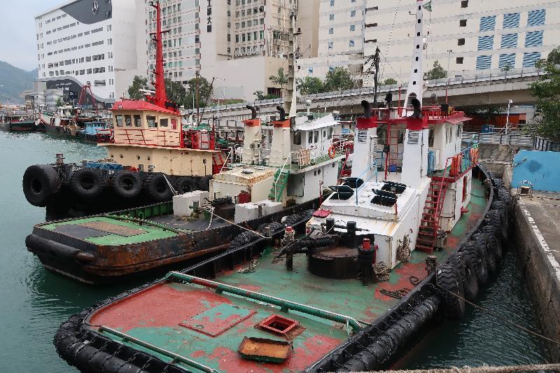 香港海關十月十五日在龍鼓洲附近海域偵破一宗涉嫌利用貨船、躉船及拖船走私的案件。經初步點算,涉嫌走私貨物包括二百四十公噸凍肉及六百箱水果,估計市值約二千萬元。圖示被扣查拖船。