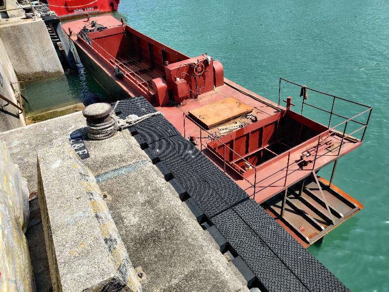 香港海關十月十五日在龍鼓洲附近海域偵破一宗涉嫌利用貨船、躉船及拖船走私的案件。經初步點算,涉嫌走私貨物包括二百四十公噸凍肉及六百箱水果,估計市值約二千萬元。圖示被扣查貨船。