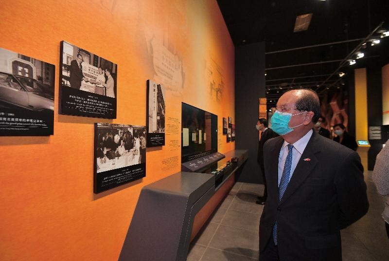 政務司司長張建宗今日(十月二十七日)出席「善道同行──東華三院籌募文化與社會發展」展覽開幕典禮。圖示張建宗參觀展覽。