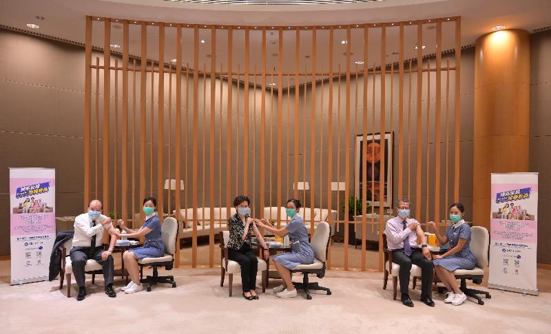 行政長官林鄭月娥(左三)、政務司司長張建宗(左一)和財政司司長陳茂波(右二)今日(十月二十八日)接種季節性流感疫苗。