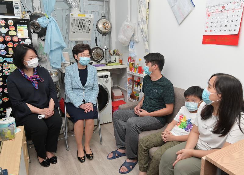 行政長官林鄭月娥今日(十月二十九日)參觀位於深水埗南昌街的過渡性房屋項目—「南昌220」。圖示林鄭月娥(左二)探訪其中一個家庭,了解他們的生活情況。