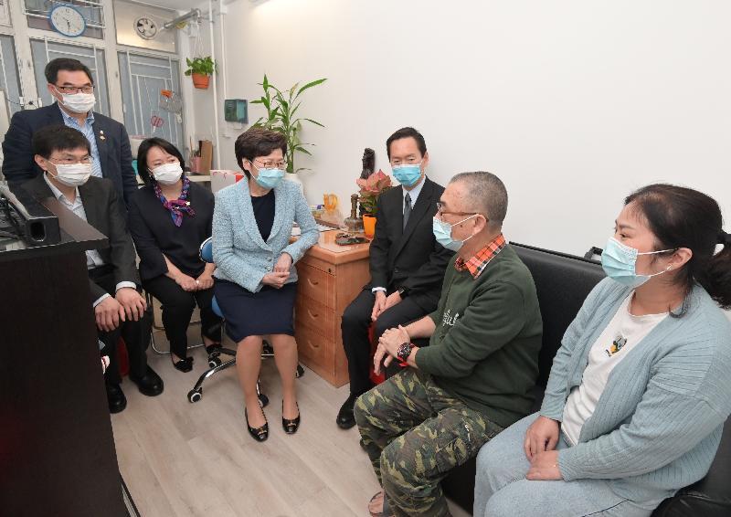 行政長官林鄭月娥今日(十月二十九日)參觀位於深水埗南昌街的過渡性房屋項目—「南昌220」。圖示林鄭月娥(左四)探訪其中一個家庭,了解他們的生活情況。