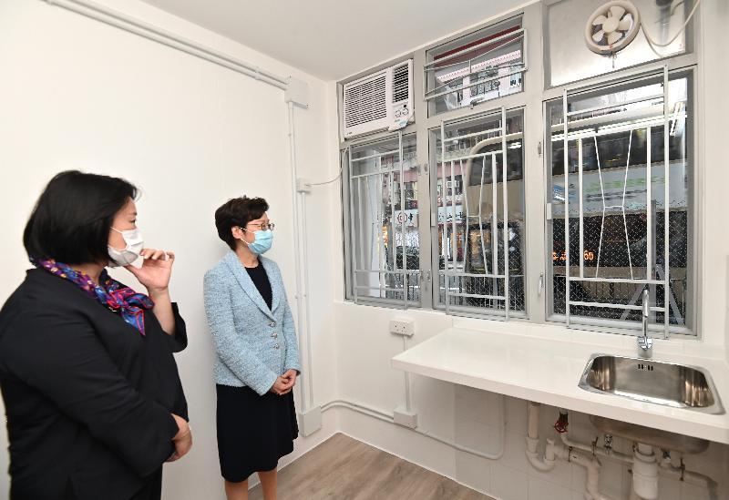 行政長官林鄭月娥今日(十月二十九日)參觀位於深水埗南昌街的過渡性房屋項目—「南昌220」。圖示林鄭月娥(右)參觀項目的一個單位。