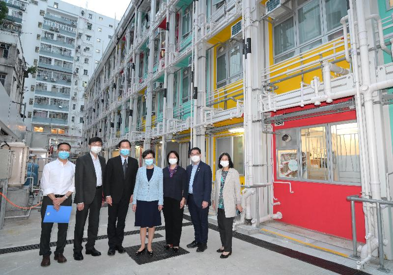 The Chief Executive, Mrs Carrie Lam today (October 29) visited Nam Cheong 220, a transitional housing project in Nam Cheong Street, Sham Shui Po. Photo shows Mrs Lam (centre) pictured with the Chairperson of the Hong Kong Council of Social Service (HKCSS), Mr Bernard Chan (third left); the HKCSS Chief Executive, Mr Chua Hoi-wai (second left); the Chairman of the Board of Directors of Tung Wah Group of Hospitals (TWGHs), Ms Ginny Man (third right) and TWGHs Chief Executive, Mr Albert Su (second right).
