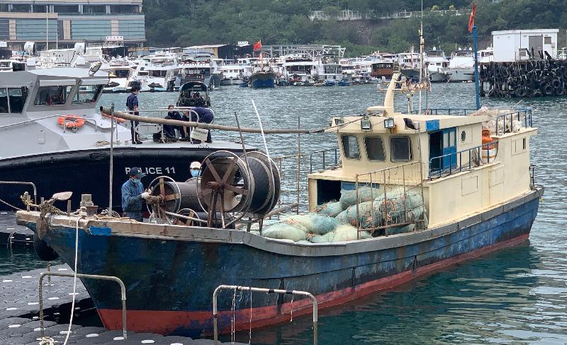 漁農自然護理署人員今日(十一月十日)起訴四名男子懷疑在南丫島南面本港水域內的一艘內地船隻上進行非法捕魚作業。圖示該船隻。