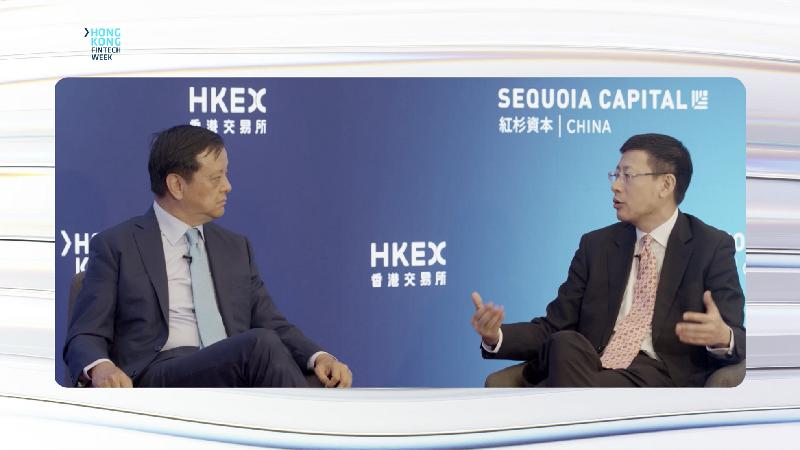 香港交易及結算所行政總裁李小加(左)和紅杉資本全球執行合夥人、紅杉中國創始及執行合夥人沈南鵬(右)十一月四日在香港金融科技周2020就金融科技議題發表見解。