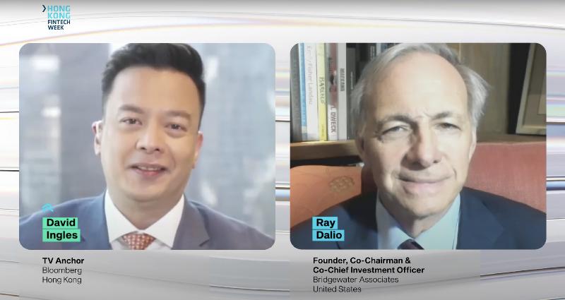 橋水基金創始人、聯席主席兼聯席首席投資官Ray Dalio(右)等重量級演講嘉賓在香港金融科技周2020(十一月二日至六日)與彭博電視主播David Ingles(左)分享見解。