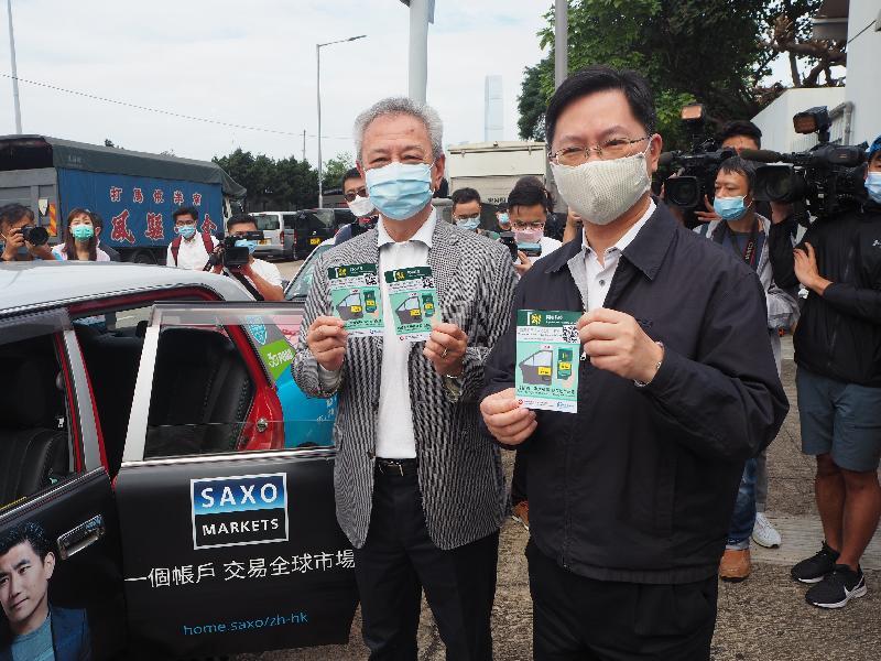 創新及科技局局長薛永恒(右)今日(十一月十五日)在上環石油氣專用加氣站,與立法會議員易志明(左)及的士業界一同推廣「安心出行」流動應用程式。