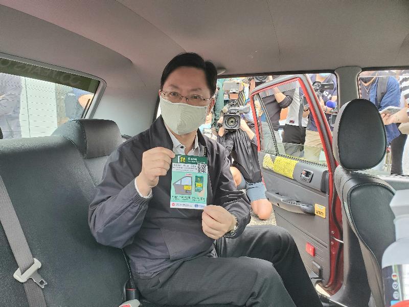 創新及科技局局長薛永恒今日(十一月十五日)展示在的士車廂張貼的「安心出行」流動應用程式貼紙,好讓市民理解如何在的士直接使用程式。