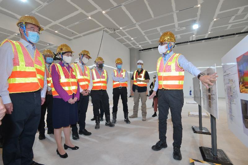 行政長官林鄭月娥今日(十一月十八日)出席香港故宮文化博物館大樓結構竣工儀式。圖示林鄭月娥(前排左二)視察博物館工程項目進度。