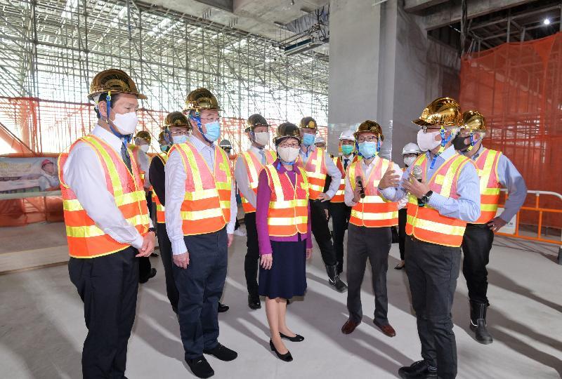 行政長官林鄭月娥今日(十一月十八日)出席香港故宮文化博物館大樓結構竣工儀式。圖示林鄭月娥(前排中)視察博物館工程項目進度。