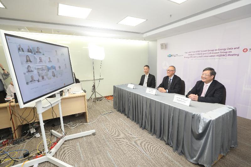 亞太區經濟合作組織能源工作組轄下兩個專家小組會議於十一月十七至二十日在香港以視像形式舉行。圖示機電工程署署長彭耀雄 (右)今日(十一月二十日)參與會議。