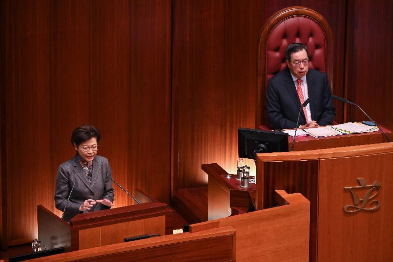 行政長官林鄭月娥(左)今日(十一月二十六日)在立法會出席《行政長官2020年施政報告》答問會。