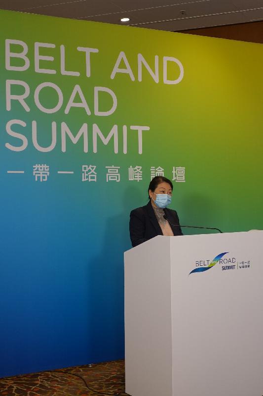 第五屆「一帶一路高峰論壇」今日(十一月三十日)開幕。律政司司長鄭若驊資深大律師在題為「香港在『一帶一路』倡議下促成交易及解決爭議的角色」的專題分組論壇致歡迎辭。