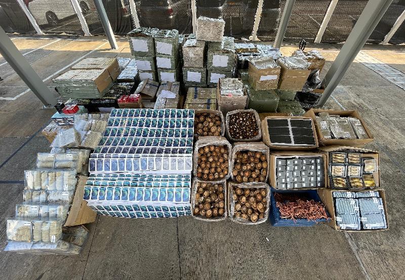 香港海關和水警昨日(十二月三日)採取聯合行動,在沙頭角偵破一宗涉嫌利用快艇走私的案件,檢獲一批懷疑走私貨物,包括電子產品、高價食材及藥物和高級化妝品等,估計市值共約八千萬元。這是海關過去十二年破獲的最大宗走私案件。圖示部分檢獲的懷疑走私貨物。