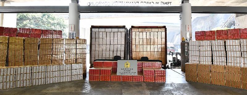 香港海關今年至今檢獲逾一億九千萬支懷疑私煙,以數量計多於過去二十年任何一年的單年檢獲量,並超越過去三年私煙檢獲量的總和。在最新一宗案件中,海關於十二月四日在元朗檢獲約八百萬支懷疑私煙,估計市值約二千二百萬元,應課稅值約一千五百萬元。圖示該批在元朗檢獲的懷疑私煙。