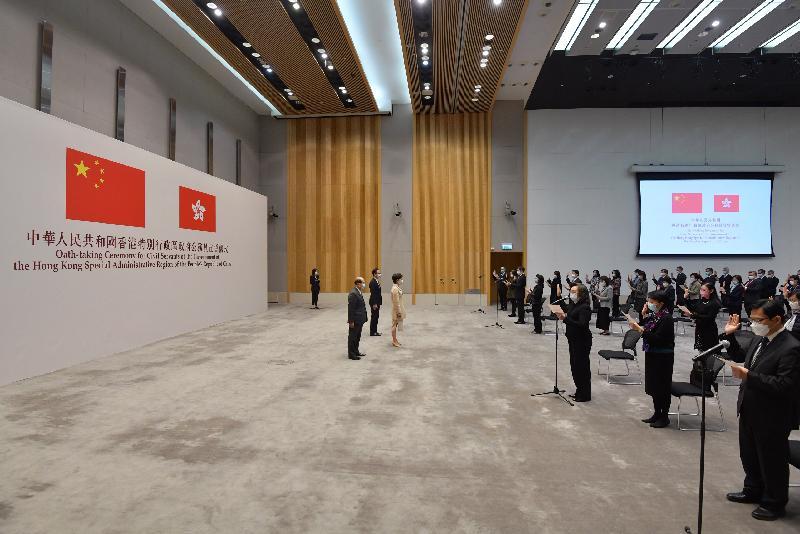 香港特別行政區政府(特區政府)今日(十二月十八日)在政府總部舉行公務員宣誓儀式。在行政長官林鄭月娥(左四)見證下,常任秘書長、部門首長和屬首長級薪級表第6點或以上的公務員宣誓擁護《中華人民共和國香港特別行政區基本法》、效忠中華人民共和國香港特別行政區、盡忠職守和對特區政府負責。政務司司長張建宗(左二)和公務員事務局局長聶德權(左三)亦有出席宣誓儀式。
