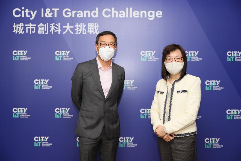 創新科技署署長潘婷婷(右)和香港科技園公司行政總裁黃克強(左)今日(十二月十八日)主持第一屆「城市創科大挑戰」網上傳媒簡報會,向傳媒介紹比賽內容。