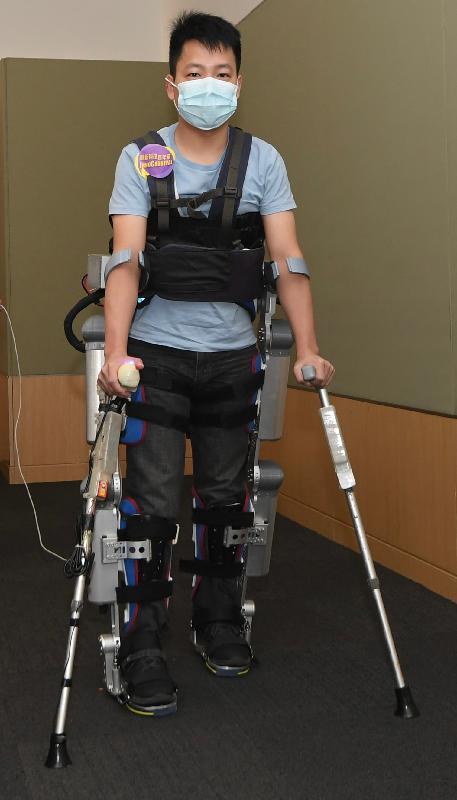 「創新科技嘉年華2020」今日(十二月二十三日)至十二月三十一日在線舉行,展出多項本地創新發明和科研成果。圖示由香港中文大學研發的「用於步行輔助的穿戴式外骨骼」。該項發明有助癱瘓病人站立和行走,改善其健康和生活質素。