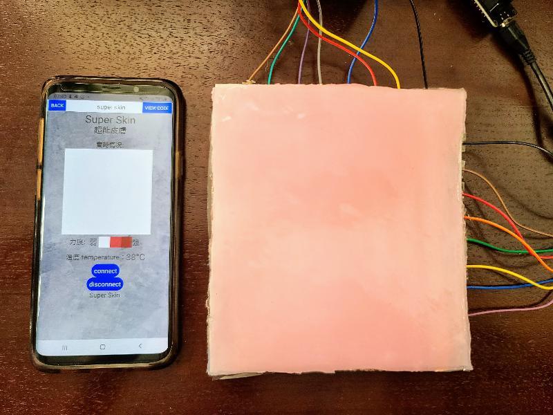 「創新科技嘉年華2020」今日(十二月二十三日)至十二月三十一日在線舉行,展出多項本地創新發明和科研成果。圖示由荔景天主教中學研發的「超能皮膚」。該項發明將無觸覺部位無法感受的溫度、位置和力度在穿戴者的手機應用程式上顯示,讓其即時察覺,減低受傷風險。