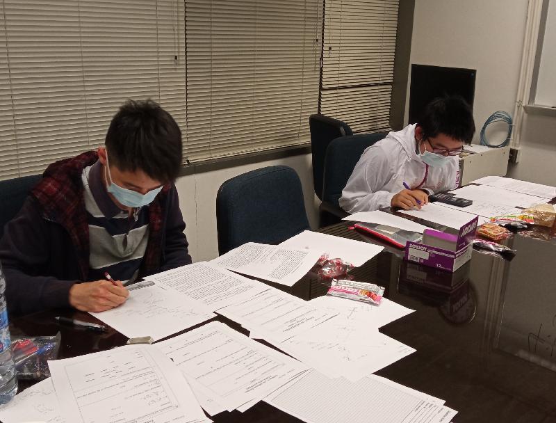 第五屆國際大都會奧林匹克於十二月十六日至二十二日舉行。香港學生代表參與涵蓋資訊科技、數學、物理和化學四個學科的國際比賽。圖示物理組比賽。