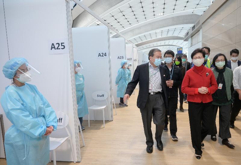 行政長官林鄭月娥(右二)今日(十二月二十六日)到香港國際機場中場客運大樓,檢視各部門落實執行對抵港人士實施的檢疫措施。