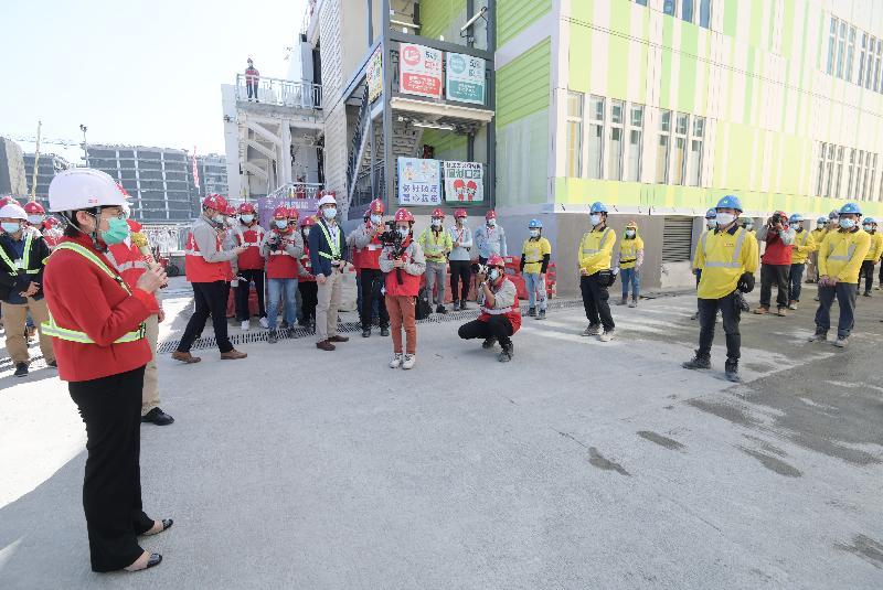 行政長官林鄭月娥今日(十二月二十六日)到亞洲國際博覽館旁興建中的臨時醫院,了解工程進度。圖示林鄭月娥(左)向工程團隊致謝。