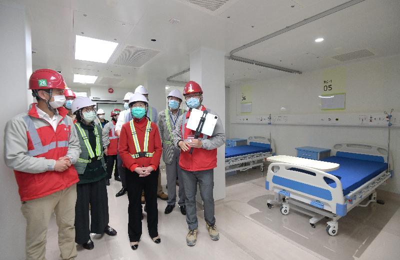 行政長官林鄭月娥(前排右二)今日(十二月二十六日)到亞洲國際博覽館旁興建中的臨時醫院,了解工程進度。