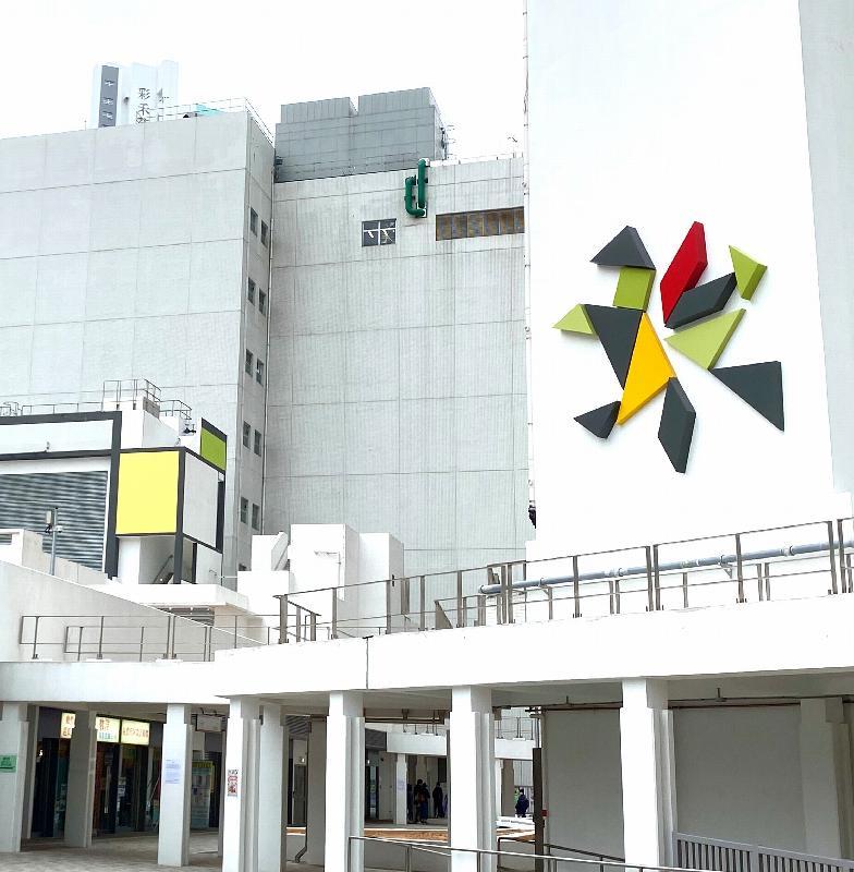 駿洋邨融入火炭藝術氛圍。屋邨大廈的外牆飾上一個為駿洋邨特別設計的標誌,標誌的左邊是一隻馬,以抽象藝術概念來展現駿洋邨的「駿」字。