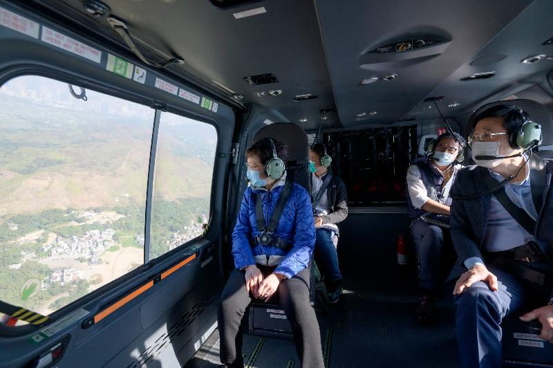 行政長官林鄭月娥今日(十二月二十七日)在保安局局長李家超及發展局局長黃偉綸陪同下,到訪政府飛行服務隊總部,並乘坐直升機視察多項她在《2020年施政報告》中提出的發展計劃。圖示林鄭月娥在直升機視察。