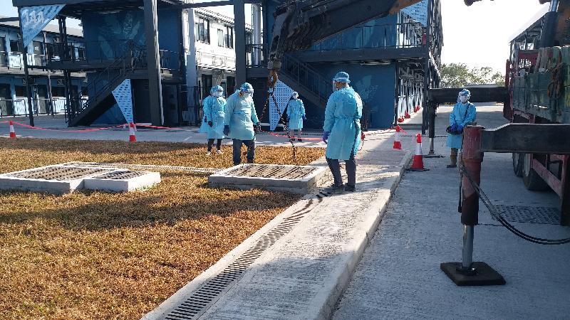 政務司司長張建宗今日(十二月二十九日)傍晚視察大嶼山竹篙灣檢疫中心,了解其最新運作情況。圖示工作人員緊急清理沙井內引致淤塞的雜物。