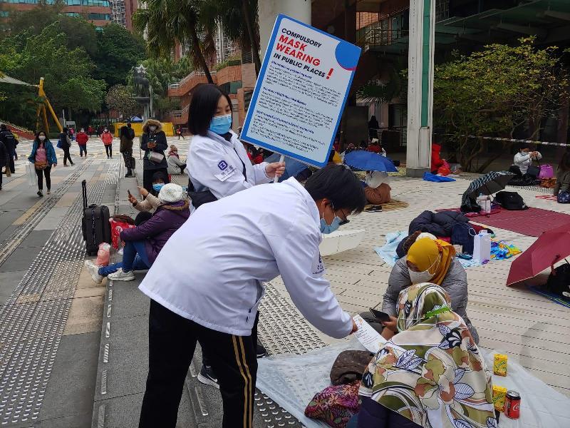 勞工處今日(一月十日)聯同香港警務處、食物環境衛生署、民政事務總署及康樂及文化事務署在外籍家庭傭工(外傭)經常聚集的地方採取聯合行動,包括透過流動廣播宣傳,呼籲他/她們遵守有關佩戴口罩及禁止於公眾地方兩人以上的羣組聚集等防疫規例。圖示勞工處在沙田新城市廣場附近向外傭派發宣傳單張。