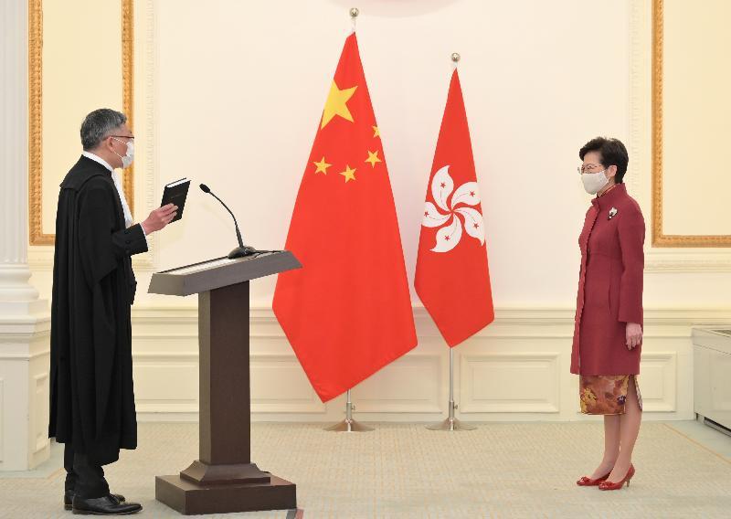 終審法院首席法官張舉能(左)今日(一月十一日)在行政長官林鄭月娥監誓下,作出司法誓言。