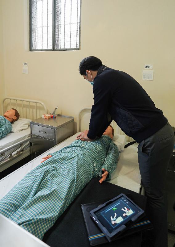 懲教署社區防罪教育活動「監獄任務」今日(一月十五日)在赤柱馬坑監獄舉行開幕禮。圖示懲教人員示範如何完成「監獄任務」的關卡。