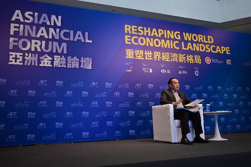 財經事務及庫務局局長許正宇今日(一月十八日)上午在第十四屆亞洲金融論壇的主題討論環節「重塑世界經濟新格局」發言。該環節探討金融服務業在推動經濟復蘇方面的角色,以及在經濟新形勢下金融服務的機遇。