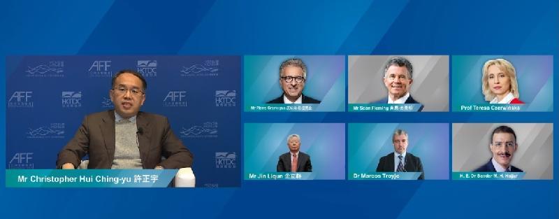 第十四屆亞洲金融論壇今日(一月十八日)開幕,財經事務及庫務局局長許正宇(左)主持以「重塑世界經濟新格局」為題的主題討論環節,並邀得盧森堡財政部長皮埃爾‧格拉美亞(上排左一)、亞洲基礎設施投資銀行行長兼董事會主席金立群(下排左一)、伊斯蘭開發銀行行長Bandar M H Hajjar(下排右一)、新開發銀行行長馬可(下排中)、歐洲投資銀行副主席Teresa Czerwińska(上排右一)和愛爾蘭財政部國務部長肖恩‧弗萊明(上排中)參與。