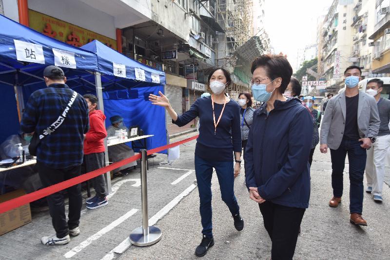 行政長官林鄭月娥今日(一月二十三日)視察佐敦指明「受限區域」強制檢測的情況。圖示林鄭月娥(右三)了解檢測流程。