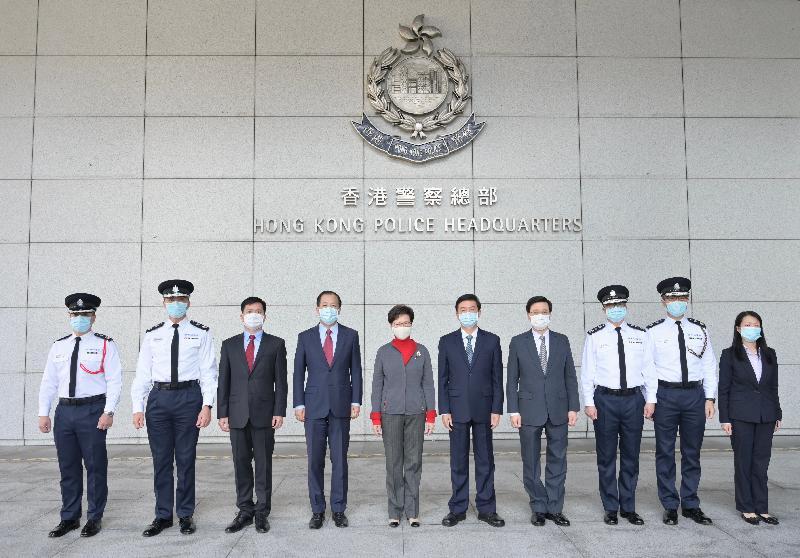 行政長官林鄭月娥(左五)今日(一月三十一日)下午到訪警務處,了解警隊的近況,並與早前在處理違法暴力事件時受傷的警務人員見面,向他們表達慰問。圖示林鄭月娥與中央人民政府駐香港特別行政區聯絡辦公室主任駱惠寧(右五)、副主任楊建平(左四)、警務聯絡部部長陳楓(左三),以及保安局局長李家超(右四)、警務處處長鄧炳強(右三)及其他警務處高層人員在灣仔警察總部合照。