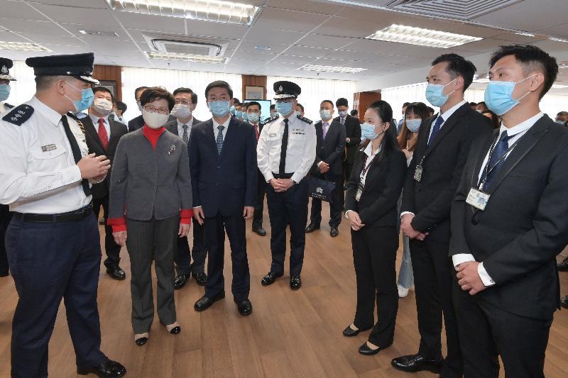 行政長官林鄭月娥(左二)今日(一月三十一日)下午到訪警務處,了解警隊的近況,並與早前在處理違法暴力事件時受傷的警務人員見面,向他們表達慰問。圖示林鄭月娥在尖沙咀警署與警務人員交談。旁為中央人民政府駐香港特別行政區聯絡辦公室主任駱惠寧(左三)和警務處處長鄧炳強(左四)。