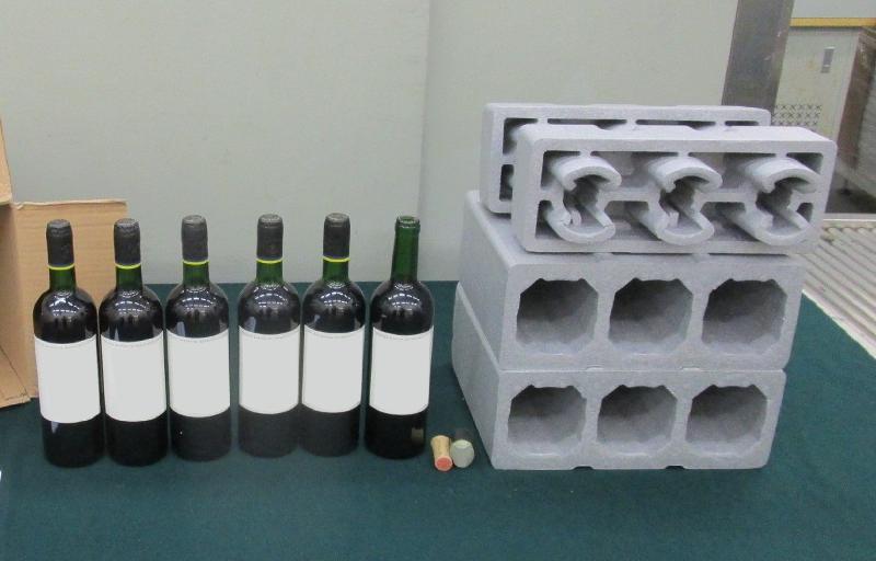 為加強打擊跨國販毒活動,香港海關及澳門司警於今年一月進行一項聯合行動,共檢獲約七點五公升懷疑液態可卡因,估計市值約為九百七十萬元,於澳門的市值則約為澳門幣二千五百萬元。圖示部分檢獲收藏於紅酒樽的懷疑液態可卡因。