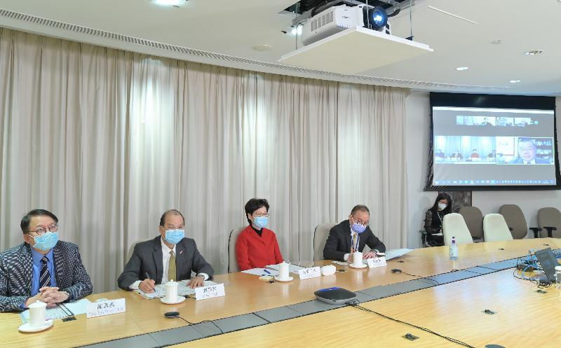 行政長官林鄭月娥(左三)今日(二月八日)以視像會議形式與港區人大代表會面。