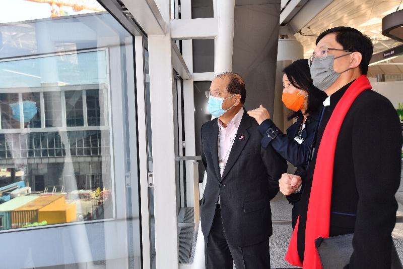 政務司司長張建宗(左)今日(二月十三日)在機場管理局(機管局)行政總裁林天福(右)及機場運行執行總監張李佳蕙(中)陪同下,到訪香港國際機場,視察了天際走廊建造工程的最新進展。