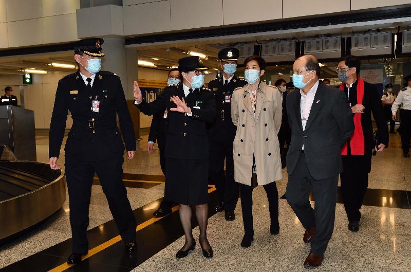政務司司長張建宗今日(二月十三日)到訪香港國際機場。圖示張建宗(右二)在香港海關副關長何珮珊(右三)陪同下,探訪當值的海關前線人員,向他們送上新年祝福。